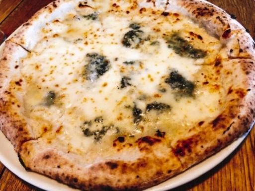 価格は税込です。<br /> <br /> ゴルゴンゾーラチーズ、モッツァレラチーズ、グラナパダーノのピッツァ。<br /> はちみつをかけることも出来ます。<br />