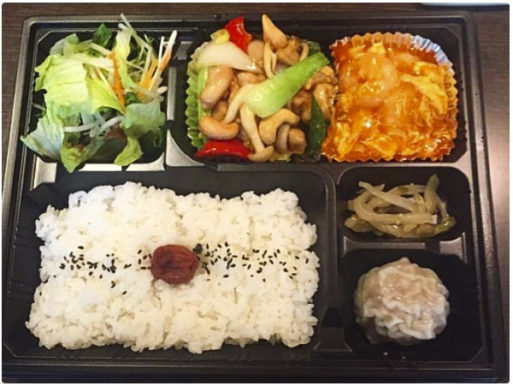 価格は税込です。<br /> お好きなお料理を2種選べることができるお弁当。<br /> 当店大人気!!